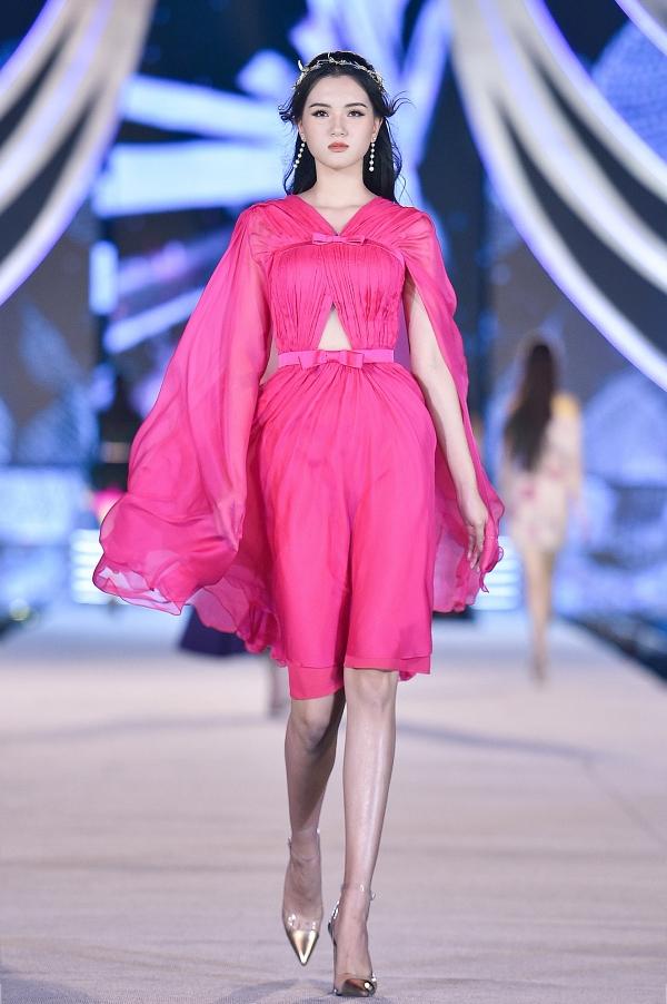 Thí sinh Tú Quỳnh diễn mẫu váy cape không tay, màu hồng neon.