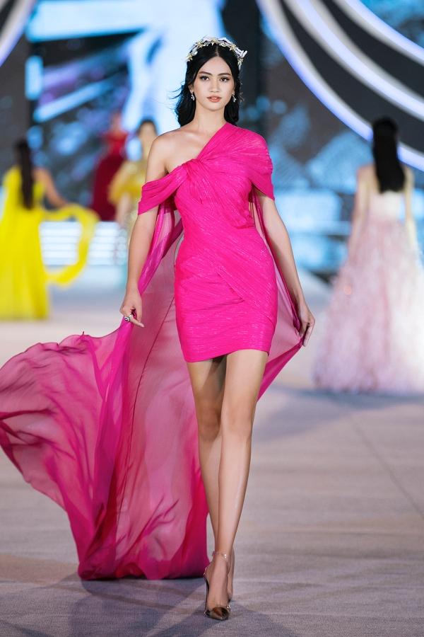 Nguyễn Thị Thu Phương, sinh năm 2000, quê Bắc Ninh, từng vào top 5 Hoa hậu Thế giới Việt Nam 2019. Cô catwalk tốt với mẫu váy ngắn đính tà bằng voan, tạo độ thướt tha khi chuyển động.
