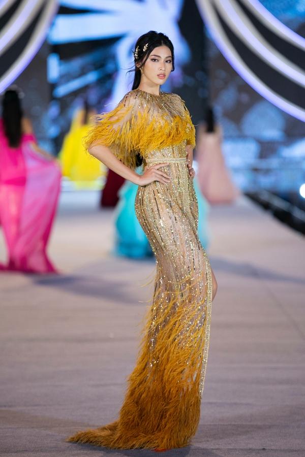 Nguyễn Lê Ngọc Thảo (cao 1,77 m) trình diễn mẫu váy dạ hội đính đá từng được hoa hậu Đỗ Mỹ Linh mặc khi chụp ảnh thời trang ở Ninh Bình.