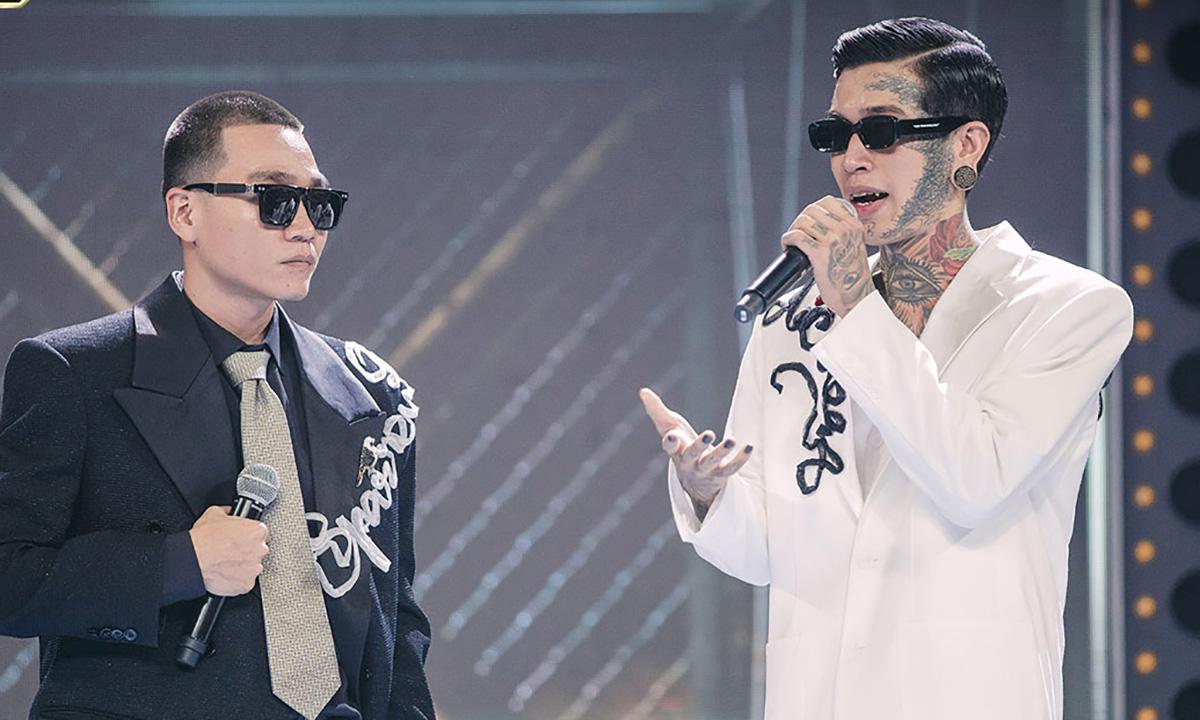 Dế Choắt (phải) và huấn luyện viên Wowy trên sân khấu chung kết Rap Việt tối 14/11. Ảnh: Vie Channel.