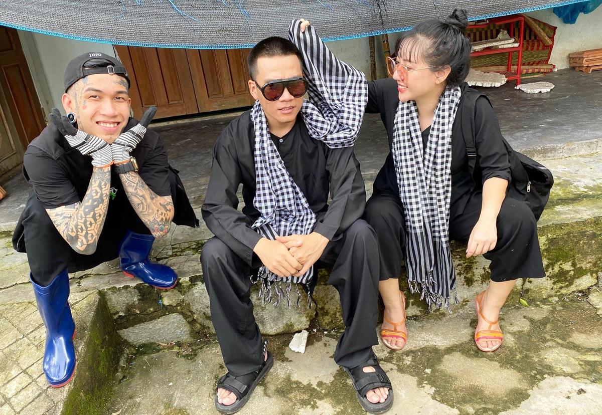 Chuyến từ thiện do rapper Wowy và nhà thiết kế Anh Thư (phải) tổ chức. Sau khi đoạt giải quán quân Rap Việt (tối 14/11), Dế Choắt (trái) tranh thủ thời gian tham gia cùng đoàn của huấn luyện viên.