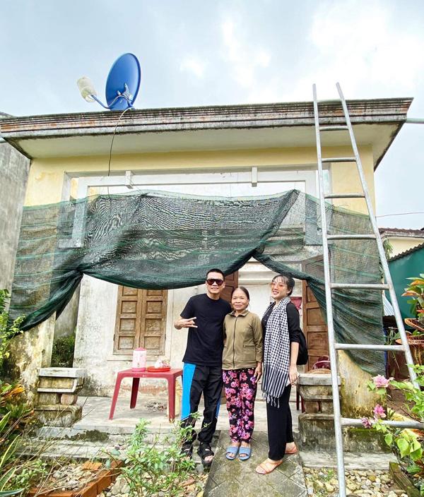 Một hộ dân ở Quảng Ngãi bị bão thổi tung mái nhà. Đoàn từ thiện tặng tôn, xà gồ sửa chữa lại nhà cửa, cũng như các nhu yếu phẩm cho mọi người.