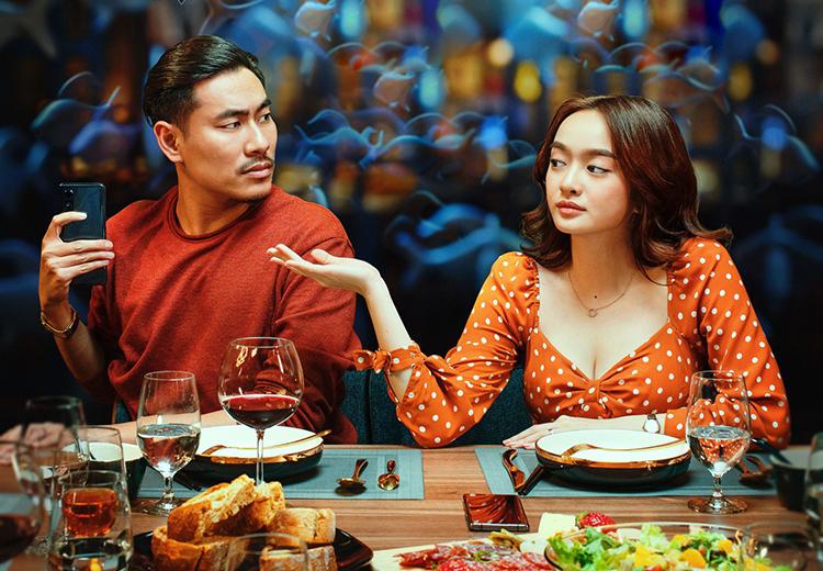 Kaity Nguyễn (phải) và Kiều Minh Tuấn vào vai đôi tình nhân trong Tiệc trăng máu. Ảnh: Lotte.
