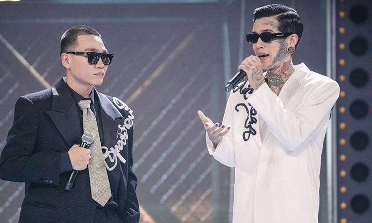 Wowy (trái) và Dế Choắt trong chung kết Rap Việt, phát sóng tối 14/11. Đêm thi trở thành chương trình giải trí có lượt theo dõi trực tuyến có lượt theo dõi cao nhất ở Việt Nam với 1,2 triệu lượt xem. Ảnh: Vie Channel.
