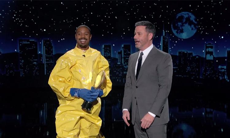 Michael B. Jordan (trái) nhận danh hiệu Người đàn ông quyến rũ nhất 2020 trên chương trình talkshow của MC Jimmy Kimel