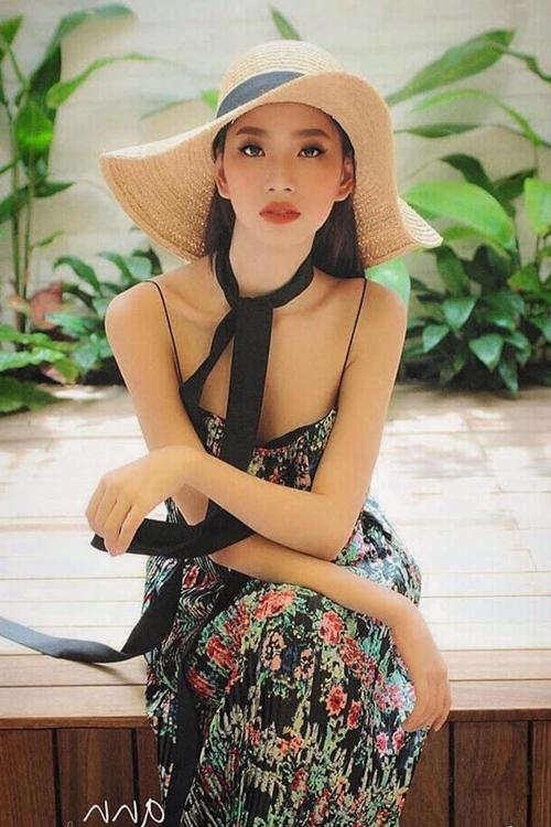 Với số đo ba vòng 86 - 60 - 90 cm và chiều cao 1,75 m, Ái Nhi nằm trong nhóm thí sinh có hình thể đẹp. Ngoài đời, cô cũng thường diện những trang phục tôn vòng một.