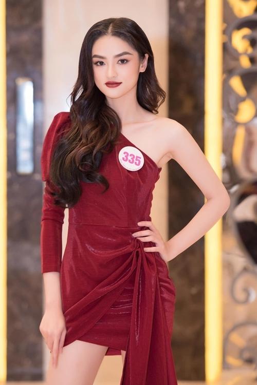 Bộ minidress lệch vai màu đỏ đậm, cùng tông với màu son giúp Nguyễn Hà My - Hoa khôi Duyên dáng Ngoại thương Hà Nội 2019 - thêm phần quyến rũ.