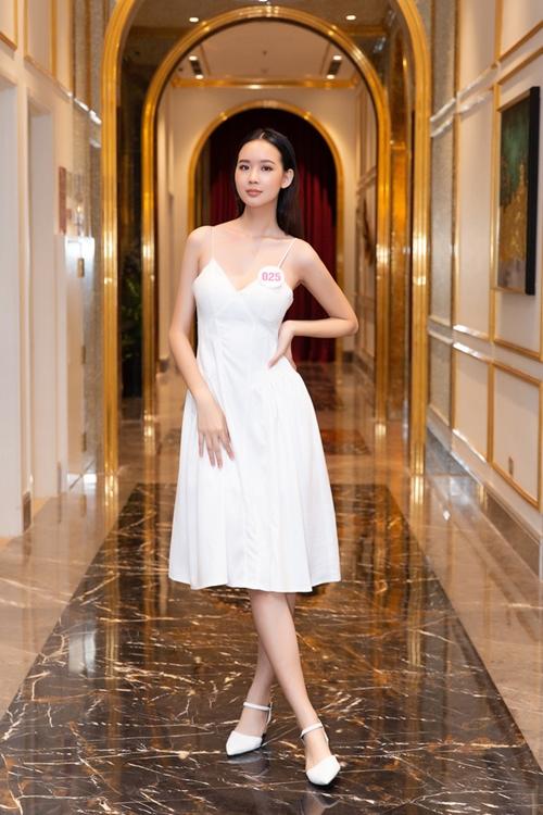 Vẻ gợi cảm của Lê Nguyễn Bảo Ngọc, thí sinh cao nhất Hoa hậu Việt Nam (1,84 m). Lần đầu cô được trang điểm chuyên nghiệp, đi giày cao gót.