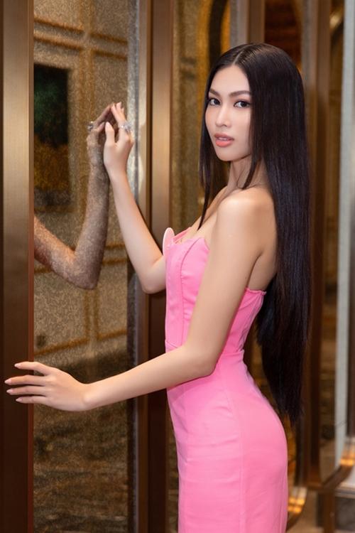 Nguyễn Lê Ngọc Thảo - Top 5 Người đẹp Thời trang và Người đẹp Biển - chuộng những bộ mini dress ôm sát cơ thể.