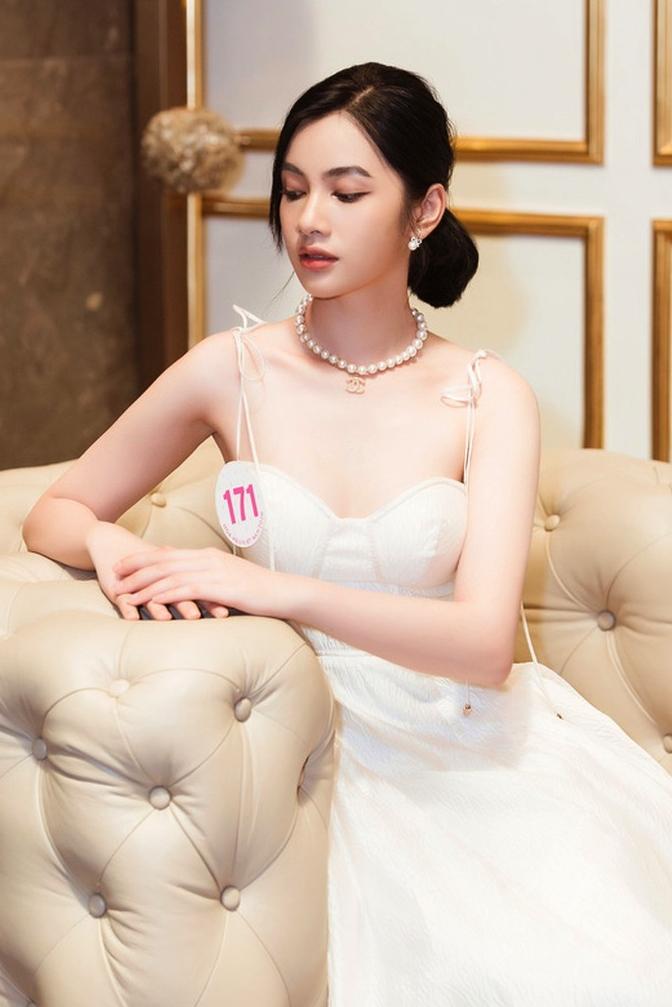 Cẩm Đan yêu thích gam màu trắng và thường xuyên diện tông này trong cuộc thi. Cô kể khi sắp vào nhà chung Hoa hậu Việt Nam, trong vali của cô chỉ có ba bộ váy. Cô được người chị họ cho 1,5 triệu đồng làm kinh phí đi thi và được một người anh giúp đỡ về trang phục.