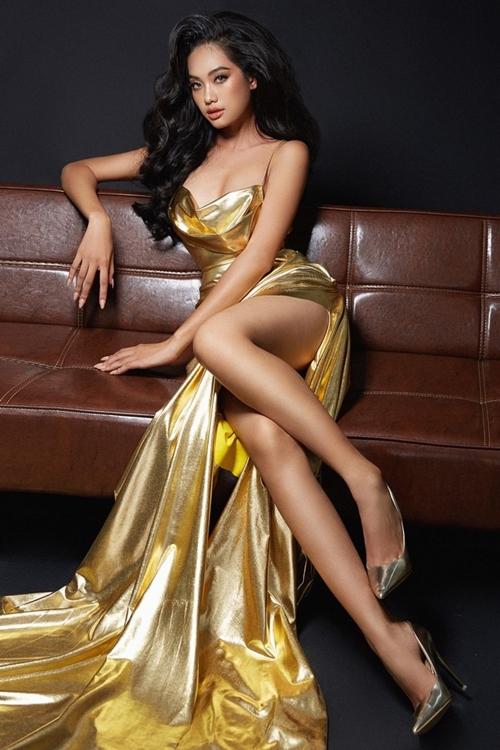 Bùi Thị Thanh Nhàn từng là người mẫu trước khi thi hoa hậu. Cô biết cách chọn những thiết kế cut-out khoe thế mạnh hình thể và làn da nâu.