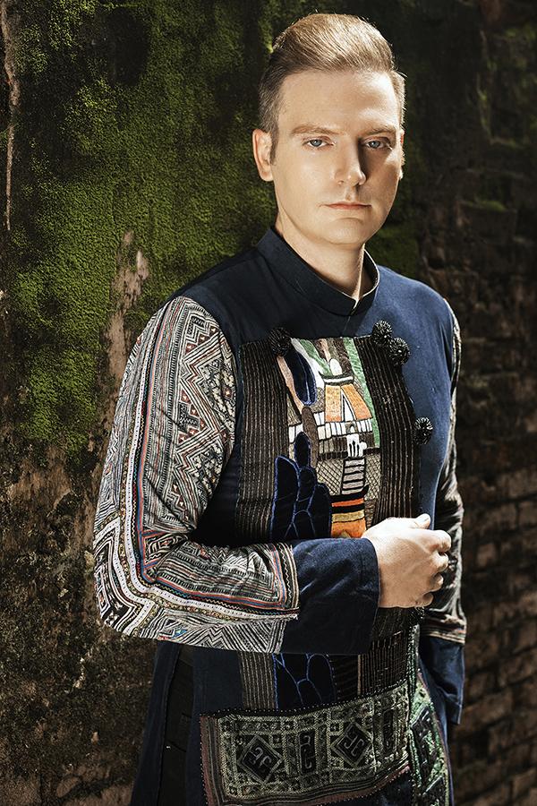 Kyo York diện áo dài với chất liệu thổ cẩm. Ảnh: Zee Nguyễn.
