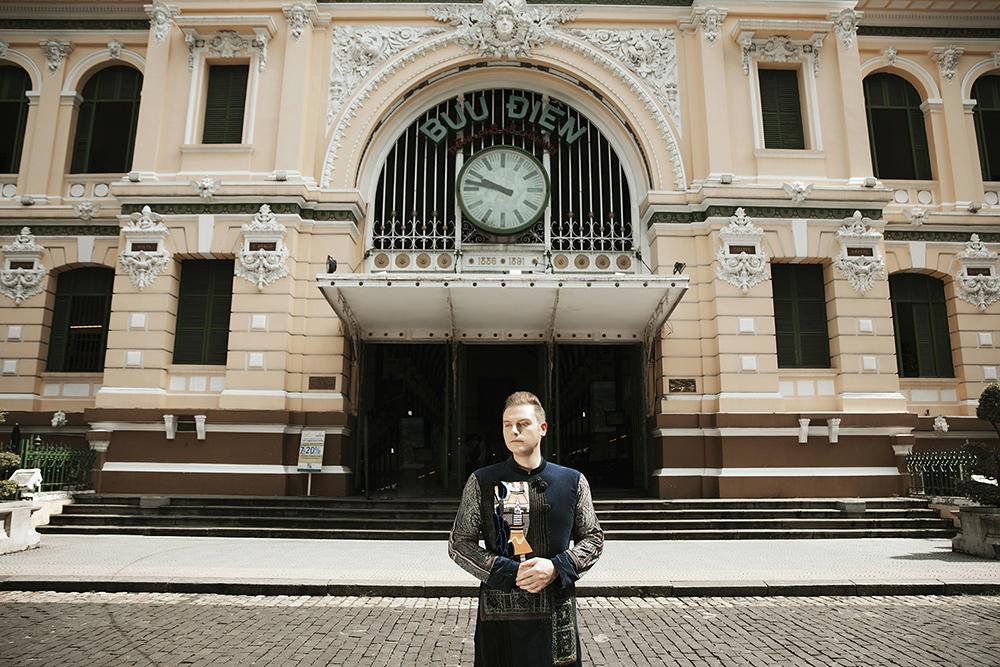 Kyo York chụp ảnh với áo dài trước Bưu điện Sài Gòn. Ảnh: Phạm Phạm.
