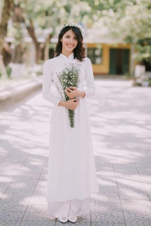 Khác với vẻ dịu dàng, đằm thắm thường thấy ở những nữ sinh Huế, Như Quỳnh gây chú ý nhờ nét đẹp lai Tây.