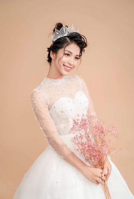 Thí sinh chụp ảnh thời trang cho một thương hiệu đồ cưới.