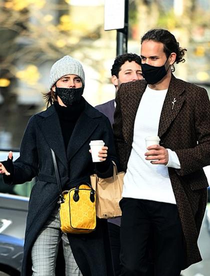 Emma Watson (trái) và bạn trai Leo Robinson. Ảnh: LVT Media.