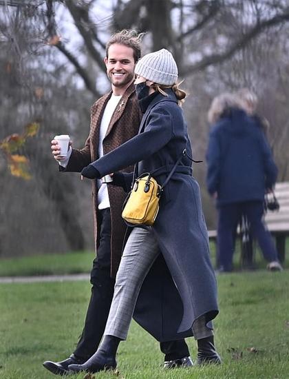 Emma Watson và bạn trai đi dạo trong công viên