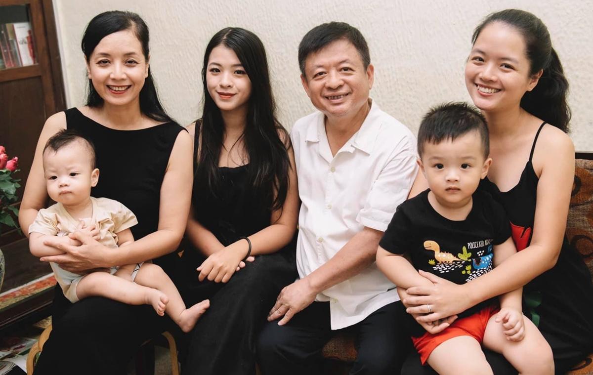 Hồng Khanh (tóc xõa) bên bố mẹ, chị gái (phải) và hai cháu. Ảnh: Nhân vật cung cấp.