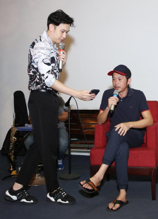 Dương Triệu Vũ (trái) cho biết cả hai biểu diễn những ca khúc mà mẹ đã hát cho họ nghe hồi nhỏ.