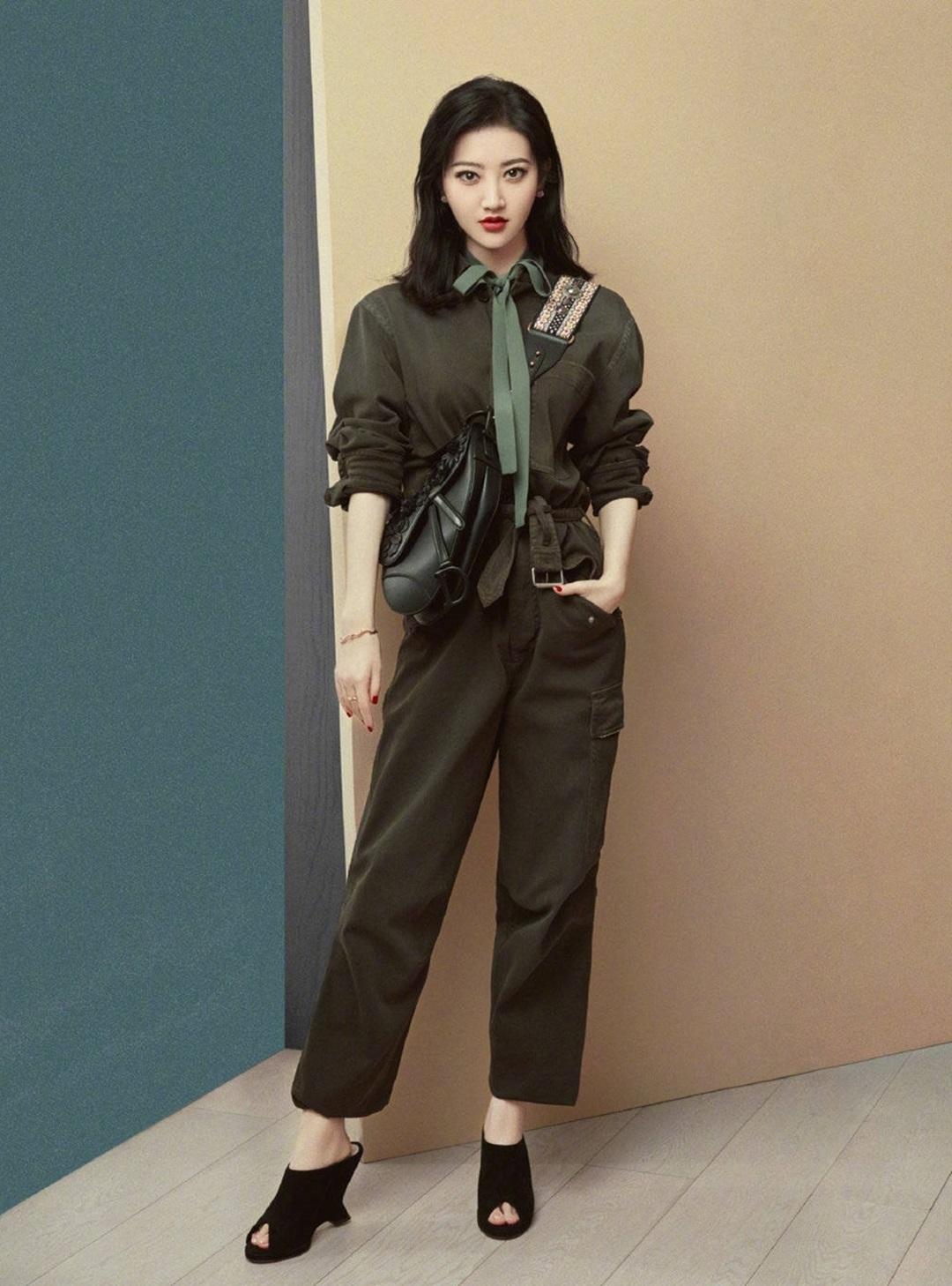 Cảnh Điềm theo kết hợp set áo quần gam rêu trung tính của Dior, giày cao gót hở mũi cách điệu và túi yên ngựa đen, nhấn vào quai đeo bản to.