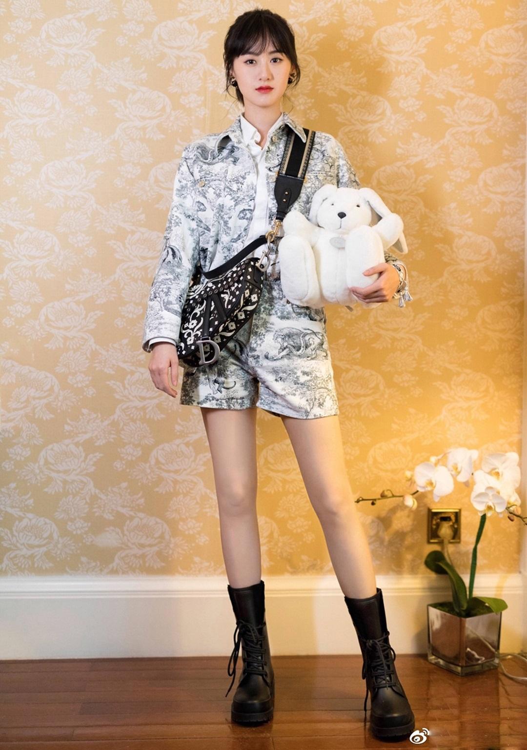 Viên Băng Nghiên - nữ chính phim cổ trang Lưu Ly mỹ nhân sát - kết hợp túi yên ngựa bản giới hạn với trang phục họa tiết thiên nhiên và boots cổ thấp. Tất cả thiết kế đều thuộc nhà mốt Dior.