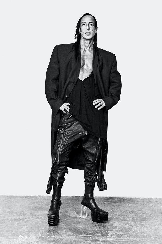 Giới yêu thời trang thường so sánh vẻ ngoài của nhà thiết kế Rick Owens với loài quạ: trầm lặng, ít nói với mái tóc dài, trang phục đen rộng thùng thình và bất quy tắc, đi cùng bốt da cao cổ. Ảnh: Richard Bord.  Danielle Levitt
