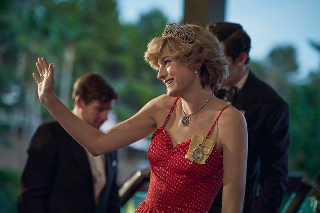 Nhiều người tìm mua chiếc váy đỏ do Emma Corrin diện trong The Crown. Thiết kế tái hiện bộ váy nổi tiếng của công nương Diana trong chuyến thăm Australia.