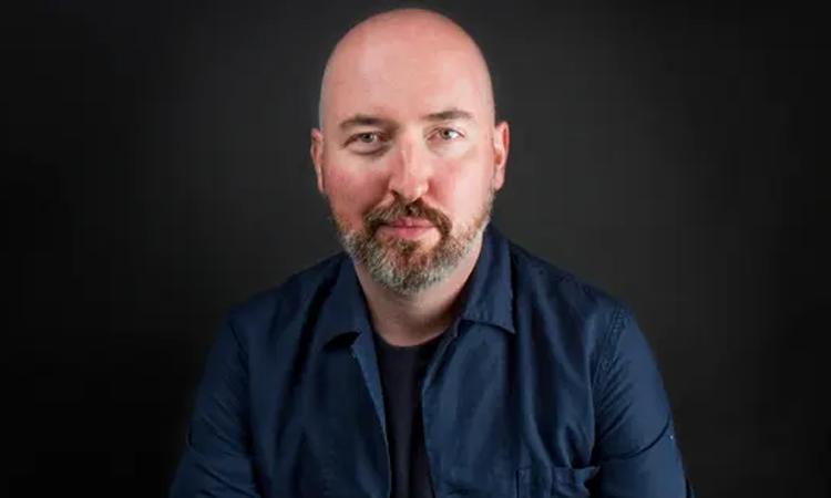 Nhà thiết kế thời trang Douglas Stuart thắng giải Booker 2020. Ảnh: Guardian.