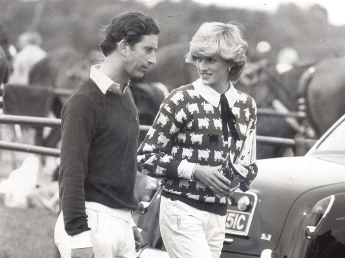 Công nương Diana mặc áo hình cừu khi đi cùng hoàng tử Charles năm 1983. Ảnh: Rex Feature.