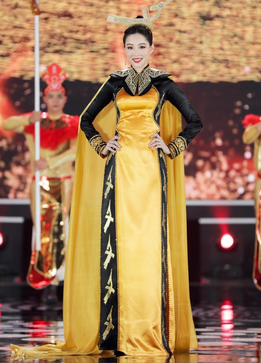 Hoa hậu Thu Thảo khoe dáng thon gọn sau 6 tháng sinh con khi diện áo dài màu vàng, lấy cảm hứng từ tín ngưỡng thờ Hùng Vương của nhà thiết kế Song Toàn.