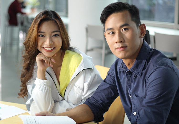 Tiến Hoàng (phải) và Katleen Phan Võ đóng cặp trong phim.