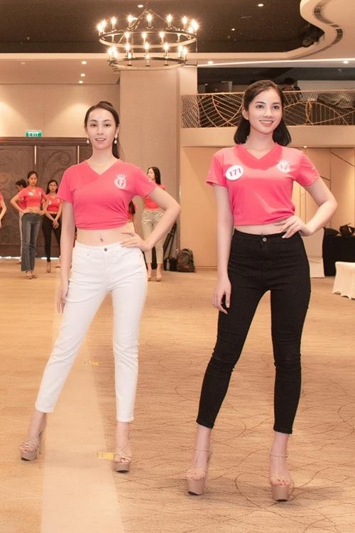 Nguyễn Thị Cẩm Đan và Hoàng Bảo Trâm (trái) khoe mặt mộc trong buổi tập.
