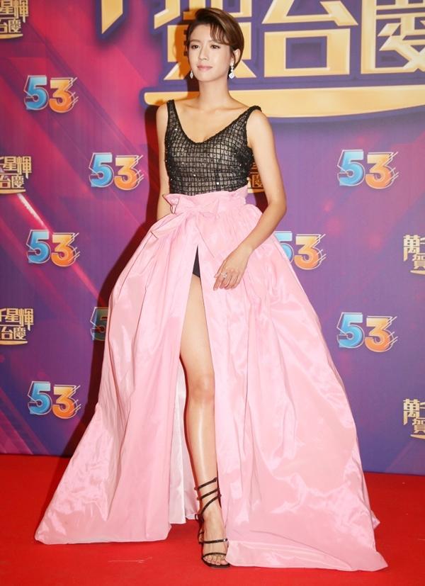Loạt mỹ nhân TVB diện váy tôn ngực