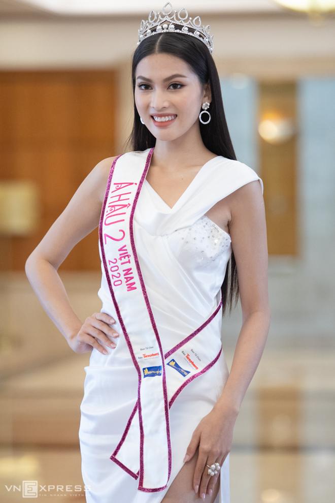 á hậu Phạm Ngọc Phương Anh (trái
