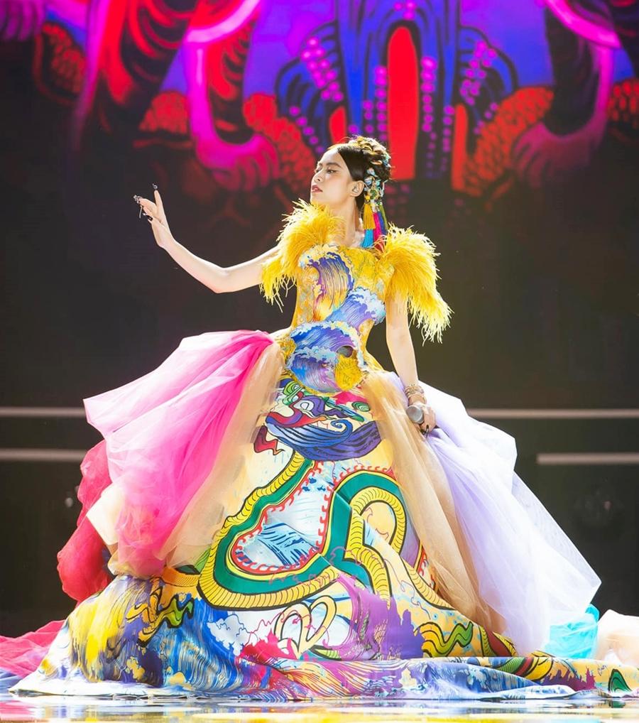 Hoàng Thùy Linh trong tạo hình cô Tấm trên sân khấu chung kết Hoa hậu Việt Nam 2020. Ảnh: Hải Nguyễn.
