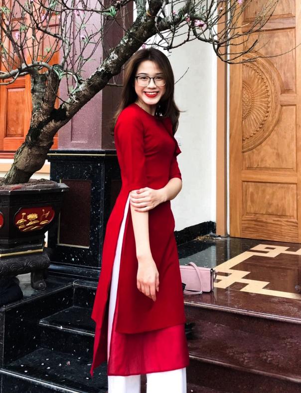 Cô diện áo dài cách điệu với hai lớp tà khi đi chúc Tết cùng gia đình đầu năm nay.