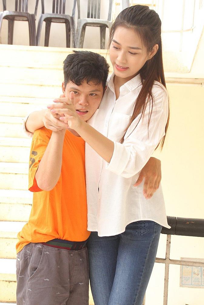 Hoa hậu diện áo sơmi trắng, quần jeans giản dị khi tham gia dự án Người đẹp Nhân ái.