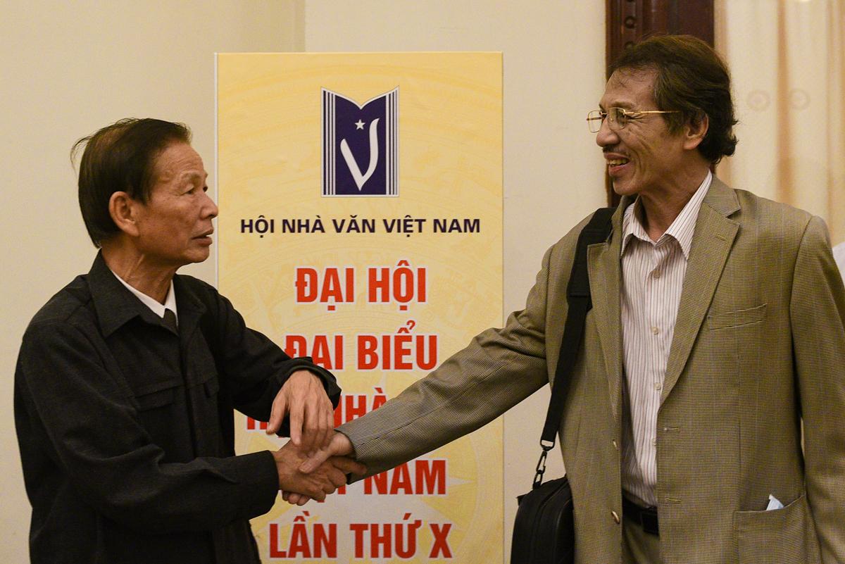 Hội viên tay bắt mặt mừng khi gặp nhau tại đại hội.