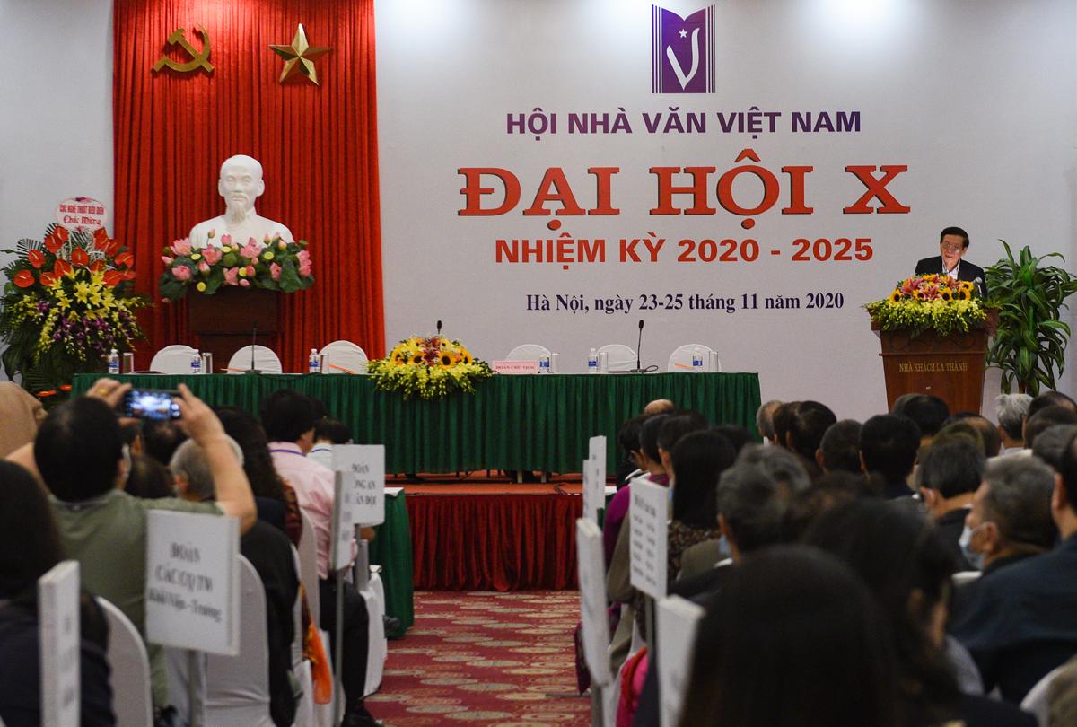 Hội trường Đại hội Hội Nhà văn Việt Nam. Trong buổi sáng khai mạc, các đại biểu bỏ phiếu đề cử, ứng cử vào Ban chấp hành. Kết quả sẽ được công bố trong lễ bế mạc chiều 25/11.