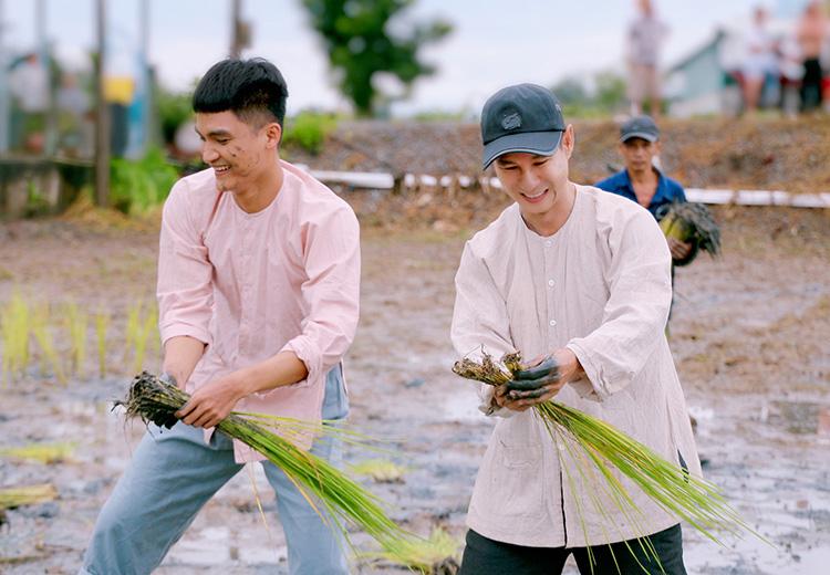 Mạc Văn Khoa (trái) - diễn viên chính trong Lật mặt 5 của Lý Hải. Ảnh: Lê Tuấn.