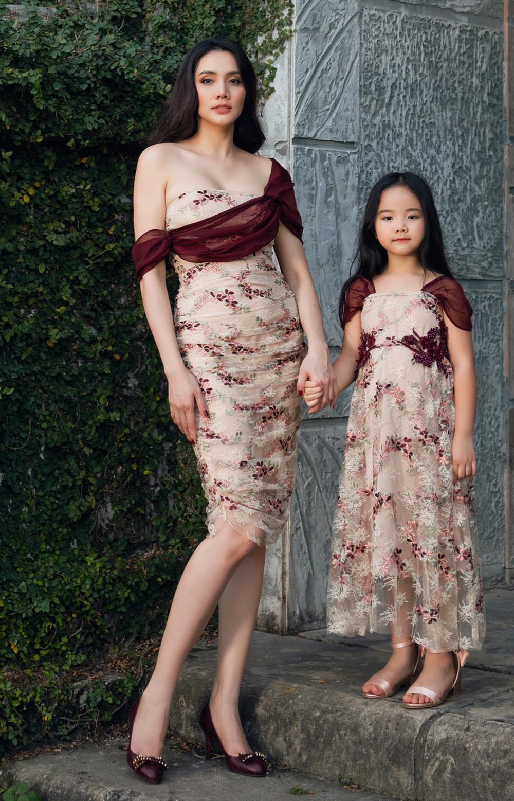 Trang Nhung bên con gái đầu - bé Khánh Linh - mặc bộ sưu tập váy do chị thiết kế. Ảnh: DNi.