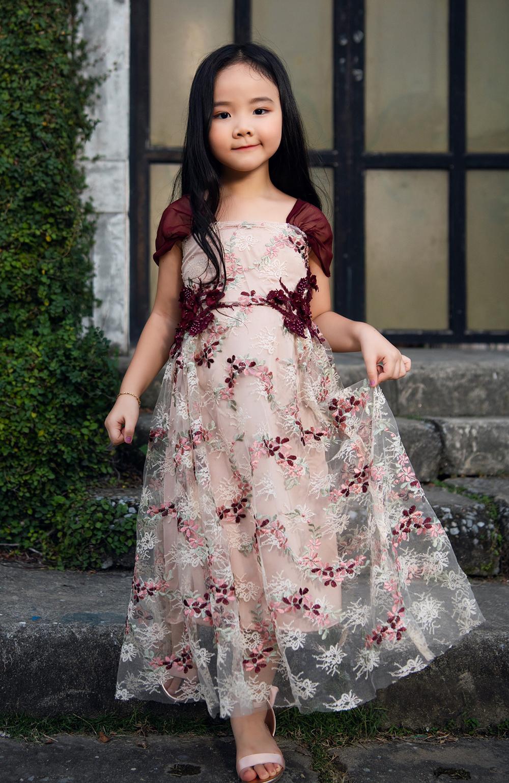 Khánh Linh là con gái của Trang Nhung và nhà sản xuất phim Hoàng Duy.