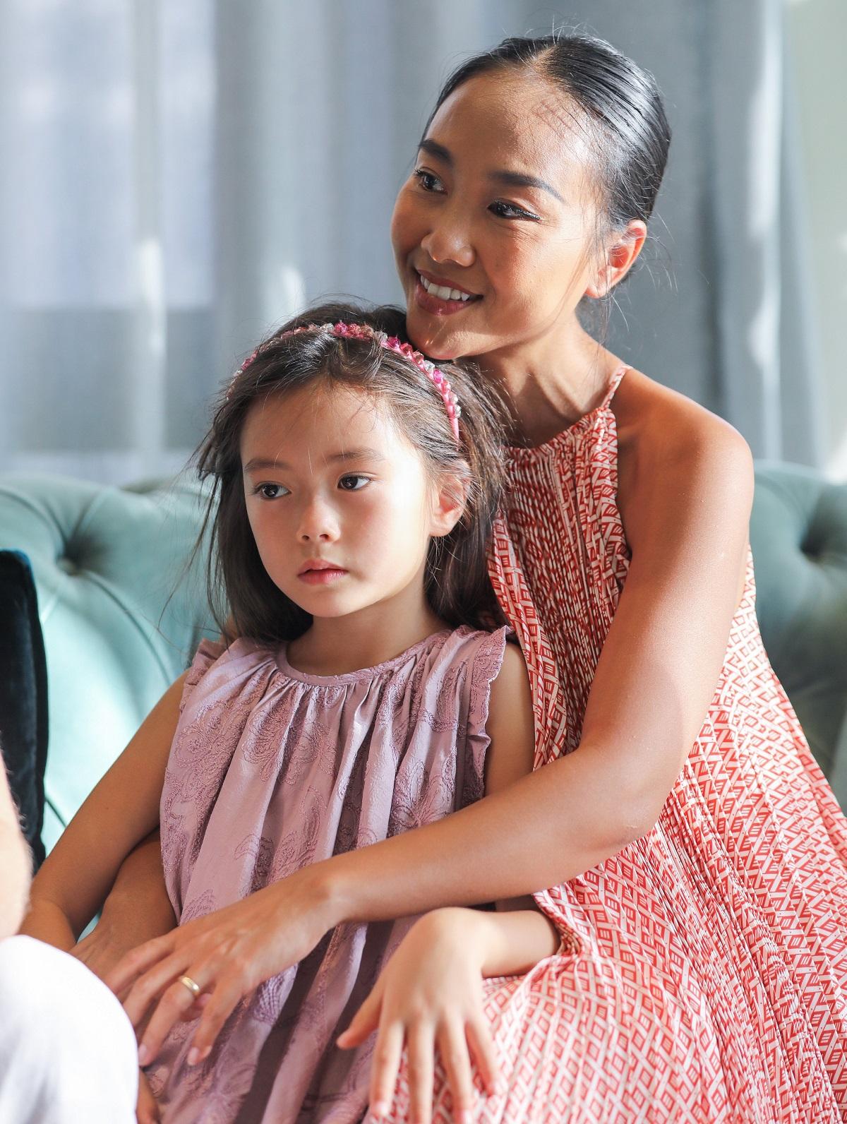 Mới 6 tuổi, bé Sol đã thông thạo cả tiếng Anh và tiếng Việt, là thông dịch viên nhí cho bà ngoại và ba.