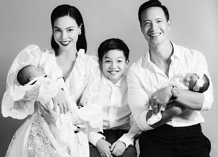 Hồ Ngọc Hà - Kim Lý cùng con trai Subeo và đôi song sinh trong khoảnh khắc đón tuổi mới. Ảnh: Tang Tang.