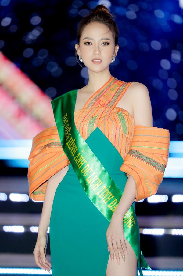 Hoa hậu Khánh Ngân chọn phong cách quyến rũ trong buổi khai mạc Lễ hội thổ cẩm Việt Nam lần hai. Ảnh: T. Cám.