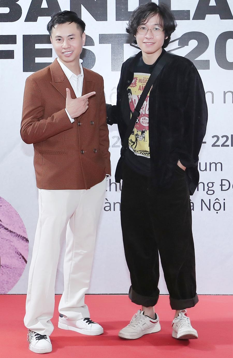 Vũ Đinh Trọng Thắng của nhóm Ngọt (phải) và nhạc sĩ Dương Cầm tại họp báo Bandland Fest. Chương trình diễn ra vào ngày 13/12 tại trung tâm sự kiện Vạn Hoa, Hà Nội. Ảnh: Hòa Nguyễn.