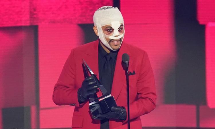 The Weeknd nhận giải Nghệ sĩ nam dòng soul/R&B được yêu thích nhất tại American Music Awards hôm 22/11. Ảnh: AP