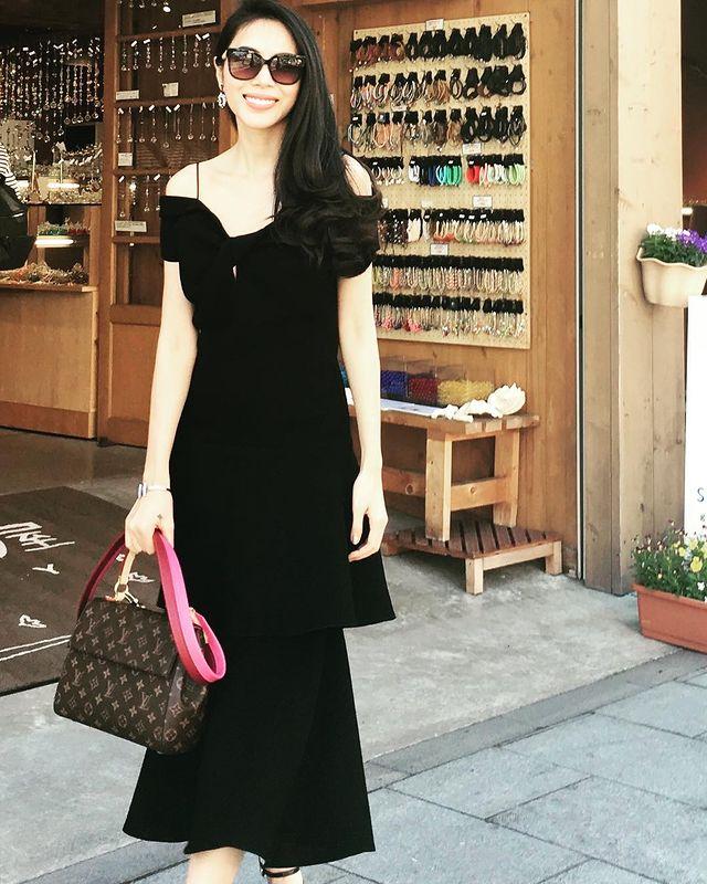 Cũng với phong cách này, khi đi chơi trên phố, cô diện váy trễ vai kết hợp túi LV.