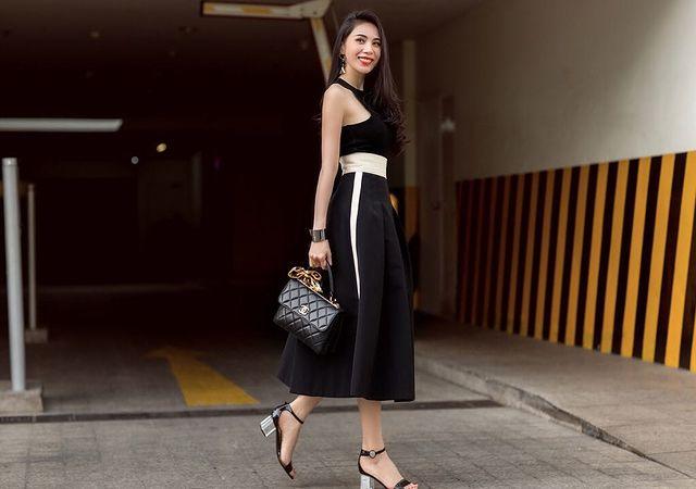 Túi Chanel tạo vẻ sang trọng cho bộ váy đơn tối giản.