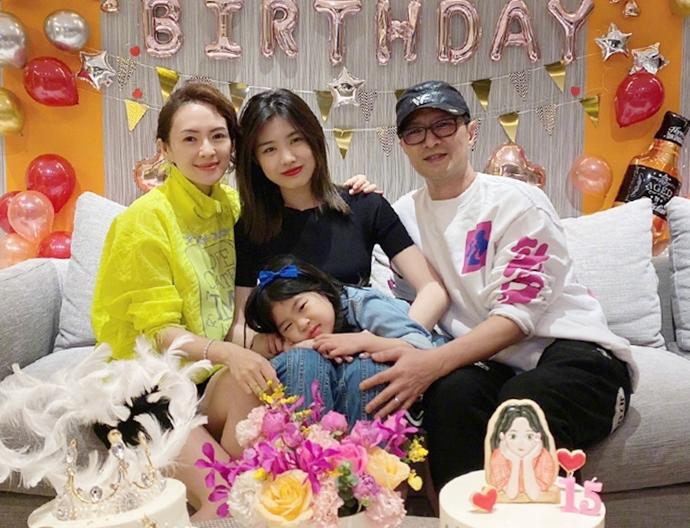 Chương Tử Di (áo vàng) cùng chồng (phải) và con gái Xingxing trong tiệc sinh nhật Apple (áo đen). Ảnh: Weibo Tử Di.